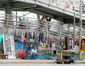 El puente peatonal donde se llevan a cabo las obras de centro comercial Arauco es la zona más invadida de ventas ambulantes.