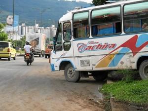 Otros vehículos, espacialmente buses y camionetas, optaban por saltarse la zona verde y el andén para buscar la autopista.