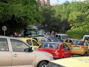 El caos vehicular inició a las 3 de la tarde cuando se cerró la vía.