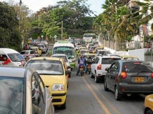 Taxis, motos, vehículos particulares quedaron 'embotellados' con el trancón que se prolongó toda la tarde.
