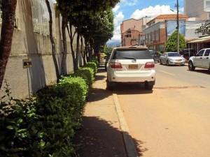 Diferentes andenes de Cañaveral son invadidos por carros en el que se imposibilita el libre paso peatonal.