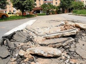 Las construcciones y movilización de vehículos de carga han incidido en el deterioro de las calles.