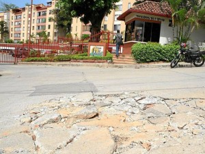 La vía que conduce al conjunto residencial Mirador del Valle también se ve dañada.