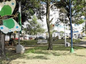 Con diferentes elementos de aseo los estudiantes aportaron su trabajo para darle nueva imagen al parque La Pera.