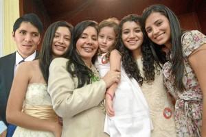 Su familia ha sido su soporte. Sus hijos: Fernando, María Fernanda, Daniela Fernanda, Mayra Fernanda y su nieta María Fernanda. Así como su esposo Fernando Vargas Mendoza.