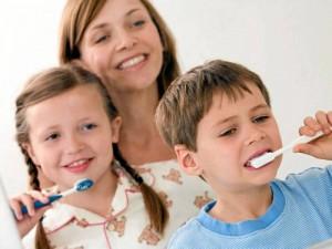 Los odontólogos recomiendan el cepillado de los dientes tres veces al día para niños desde los 7 años y para los más pequeños dos veces (al levantarse y acostarse).