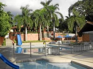 La zona social del conjunto está completamente rodeada por árboles y cuenta con sauna, turco, piscina, gimnasio, cancha múltiple y dos salones para eventos.