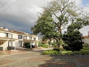 En La Pera hay 72 casas de uno, dos o hasta tres niveles. Cada una cuenta con sala, comedor, cocina, jardín interior, cuatro habitaciones y dos o tres baños.