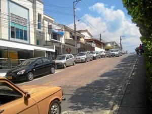 """""""Los conductores se han tomado la calle 30 de Cañaveral como parqueadero. Por aquí transitan los alimentadores de Metrolínea y esto dificulta el tráfico en horas pico""""."""