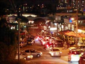"""""""Los conductores hacen caso omiso a la prohibición de parquear en la calle, peor aún, lo hacen a ambos lados de la vía. Vale la pena recordar que en el sector sí hay parqueaderos disponibles."""