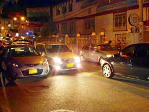 Debido a que los conductores parquean los vehículos a lado y lado de la vía, el carril doble se convierte en sencillo.