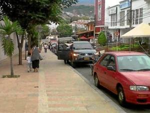 """""""Es imposible transitar en Cañaveral, carros parqueados en donde está prohibido. ¿Qué pasó con las grúas?"""""""