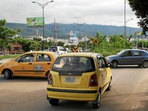 Algunas personas prefieren violar las normas de tránsito y exponerse a una infracción con tal de salir de la congestión.