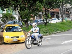 El desespero de los conductores, públicos y particulares, ha ocasionado un paso prohibido de la paralela a la autopista después de Equilibrio.