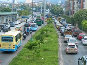 Las largas colas de vehículos se prolongan especialmente durante las horas pico.