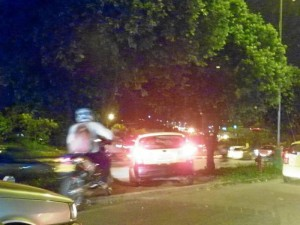 Con las largas filas de carros llegan las infracciones de tránsito.