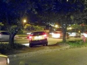 Los conductores desesperados buscan la forma de salir de la congestión que presenta la paralela a Cañaveral durante las horas pico.