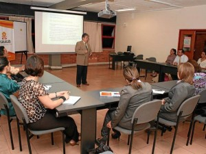 El profesor Torres explica a sus alumnos del seminario de Protocolo y etiqueta empresarial, cuál es el protocolo para reuniones de empresas.