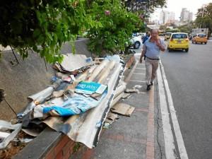 Bolsas plásticas, cartones, cajas, empaques de alimentos, tejas viejas y otros escombros son los desechos más comunes en los espacios públicos del sector.