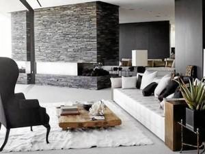 No todo lo barato es feo. Una buena opción para ahorrar presupuesto es mezclar muebles de alta gama con elementos básicos como trozos de madera o muebles viejos restaurados.