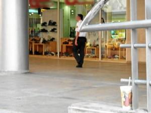 No conformes con tirar la basura a la calle, hay personas que la dejan en centros comerciales y puentes del sector.