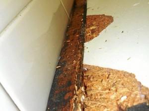 Los muebles de la cocina fueron cambiados de lugar y se entregaron en condiciones insuficientes y con daños considerables que no fueron reparados.