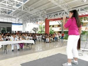 El Festival de la Canción Inglesa también contó con la participación de estudiantes de otros colegios. En esta foto canta Karen Lorena Ayala del colegio Fundación UIS.