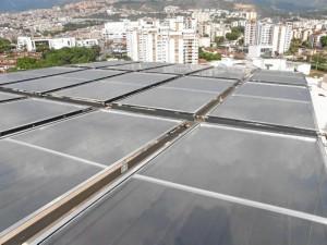 Los 80 metros cuadrados de paneles solares constituyen el mecanismo del sistema de calefacción de agua central de la construcción.