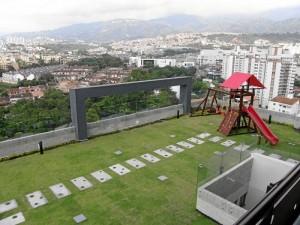"""El director comercial de Gaia aseguró que """"desde el cielo, la terraza del edificio tiene más zona verde que concreto, esto refresca la temperatura del lugar minimizando la necesidad de aire acondicionado""""."""