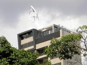 La turbina eólica del edificio recoge energía gracias al movimiento de sus aspas y esto sustenta el consumo de electricidad de las zonas comunes.