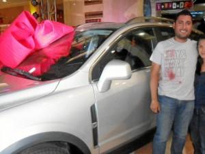 Cristhiam Alexis González Rodríguez, un químico farmacéutico de 30 años, fue el feliz ganador de una camioneta Captiva Sport sorteada por el centro comercial La Florida.