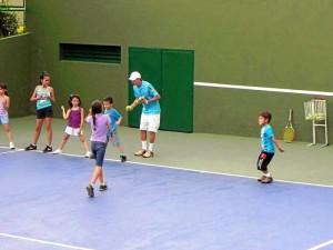 Richard Alexander Rojas y Augusto Cornejo son los profesores de tenis encargados de las escuelas de formación deportiva que se desarrollan a lo largo del año en Versalles II.