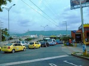Sobre la paralela a la autopista que comunica a Bucaramanga con Floridablanca fueron instaladas seis luminarias que permiten una mayor visibilidad a los peatones que transitan por esta calle.