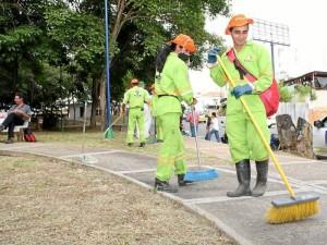 Con la participación de empleados de la Empresa Municipal de Aseo de Floridablanca se hizo la limpieza del parque La Pera.