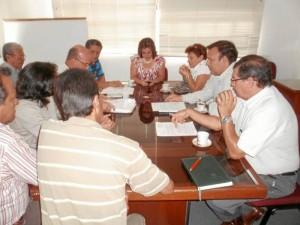 En la sala de juntas del Área Metropolitana de Bucaramanga se reunieron representantes de los barrios afectados por el cobro de la valorización y la directora del AMB, Consuelo Ordoñez de Rincón.