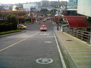 Agentes de tránsito despejaron varias vías que normalmente permanecen ocupadas por carros parqueados en sitios prohibidos.