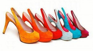 Los tacones de colores son ideales para darle a cualquier atuendo un toque de moda y contrastar la simplicidad de una pinta sobria.