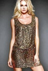 Los vestidos brillantes son una prenda infaltable en su armario y nunca pasan de moda.