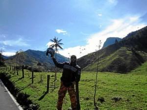 """""""Viajar en moto es peligroso todo, por eso hay que ser responsable"""". Foto camino al Valle de Cocora."""