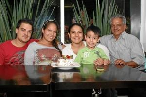 Jorge Chacón, Angie Gutiérrez, Rocío Chacón, Edwin Ortiz Chacón y Jorge Chacón en la celebración del cumpleaños de Rocío Chacón en Casalins.