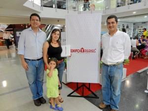 Alejandra Cortissoz, ganadora IPad, José Andrés Ramírez, Coordinador de Ventas de Urbanas y Carlos Javier Matute, Director de Mercadeo de Urbanas.