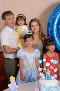 Javier Castilla y su esposa Elizabeth Castilla junto a las hermanitas de la cumpleañera, Nicolle Castilla y María Elizabeth Castilla