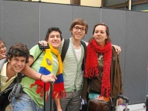 En esta fotografía José U. está junto a su mamá Luz Marina Rivera y su pequeña hermana María José. Los acompañan los hermanos Santiago y Luis Miguel Serrano Serrano.