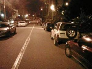 """Nuestro lector Víctor Rueda nos envió esta fotografía en la que se evidencia la invasión al espacio público. """"¿Cuándo será que recogerán los vehículos mal parqueados de quienes van a iglesia a darse golpes de pecho?"""""""