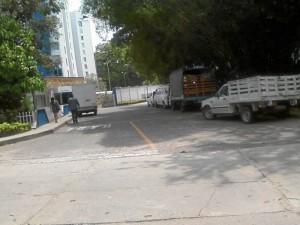 Vehículos dificultan la entrada a un conjunto de Cañaveral.
