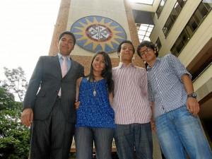 Los estudiantes que viajarán posan junto uno de los investigadores, Andrés Blandón.