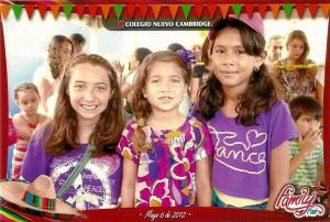 Las estudiantes de quinto grado Ashly Ardila y Nathalia Otero junto a Shaira.