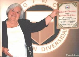 María Cristina sostiene el diploma que acredita el reconocimiento que le fue otorgado por su distinguida trayectoria.