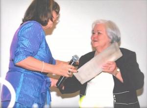 La señora María Cristina recibe el reconocimiento 'Por su trabajo de toda una vida' del Woman's Club de Bucaramanga.