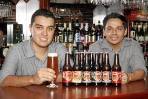 Camilo Andrés Mena y Élkin Castaño son los jóvenes empresarios detrás de esta alianza estratégica entre la marca de la cerveza y el estilo ingles de su principal distribuidor, Chicamocha Pub.